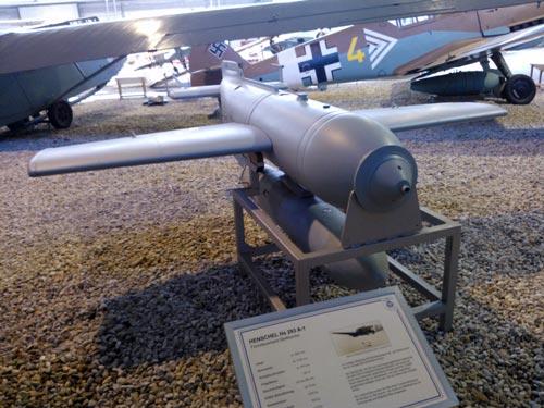 Сверхэффективная немецкая планирующая авиабомба Henschel Hs 293. Источник: wikimedia.org