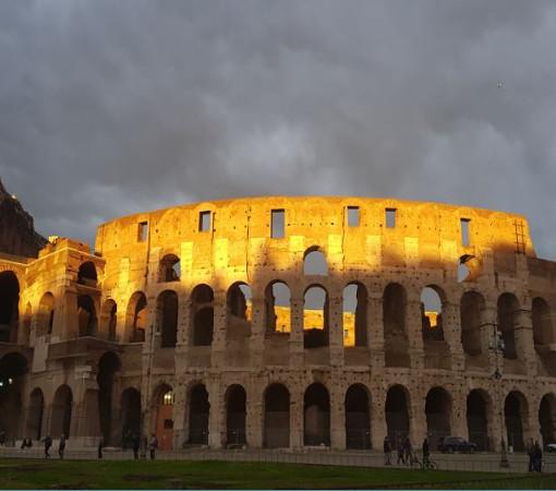 Колизей — амфитеатр, памятник архитектуры Древнего Рима, наиболее известное и одно из самых грандиозных сооружений Древнего мира, сохранившихся до нашего времени