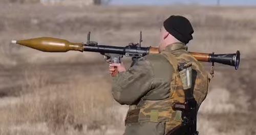 Российский контрактник стреляет из РПГ-7. Источник: wikimedia.org