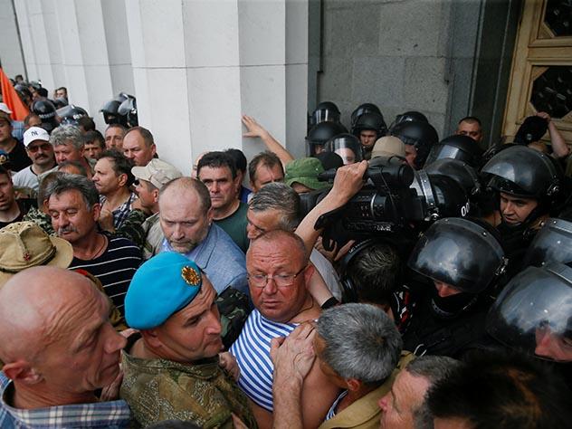 У здания Верховной рады в центре украинской столицы начались столкновения между полицией и участниками акции протеста