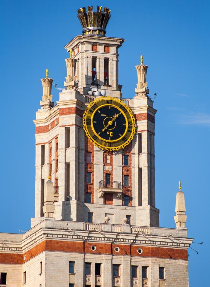 Часы на башне главного корпуса, фотография 2013 года. Автор Nickolas Titkov. Источник wikimedia.org