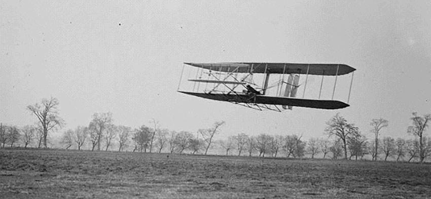 Орвилл Райт в полете над Прерией Хаффмана на Флайере-II, 16 ноября 1904 года.