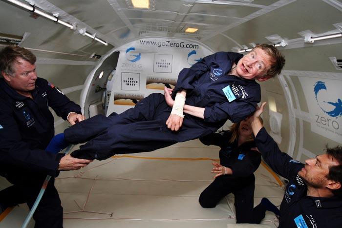 Стивен Хокинг в невесомости в самолете для тренировки астронавтов. Источник: wikimedia