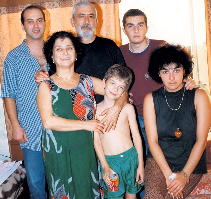 На этом фото только часть дружной семьи Вахтанга Константиновича: супруга, сын, дочь и двое внуков