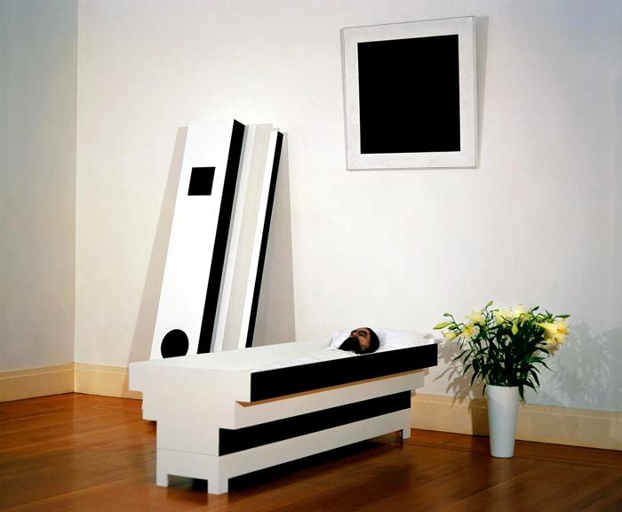 Художник сам спроектировал себе гроб, назвав его «супрематическим саркофагом». Так он выглядел