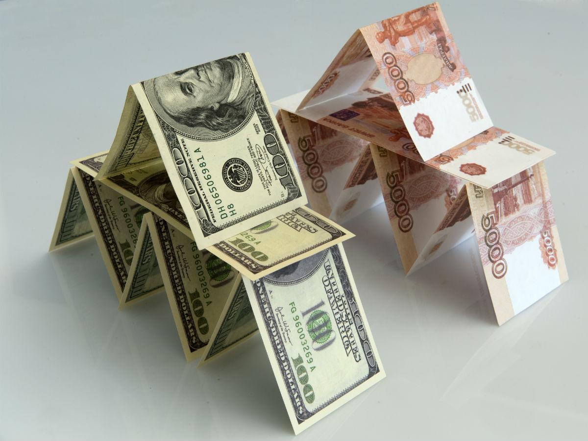 Курс рубля немного укрепился