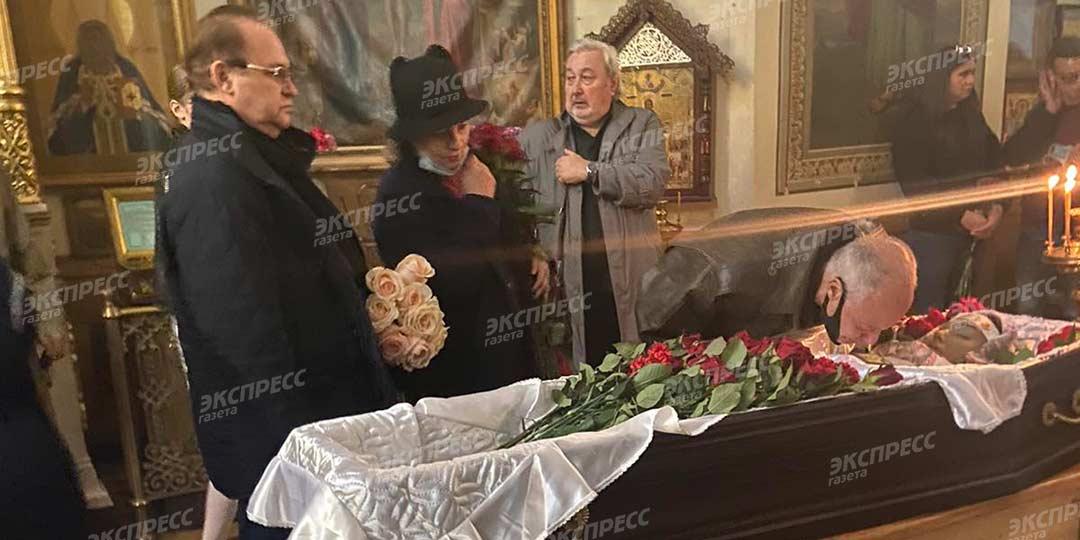 Убитый горем Конкин едва держался на ногах у гроба утонувшей дочери