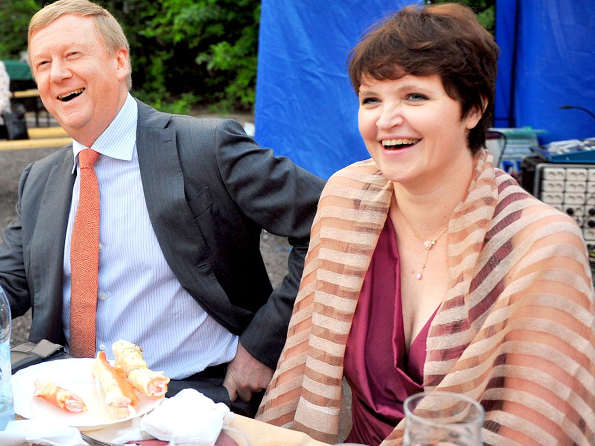 Страна надеется, что теперь Анатолий перестанет давать деньги жене Дуне Смирновой на съемку ее гнусных русофобских кинофильмов