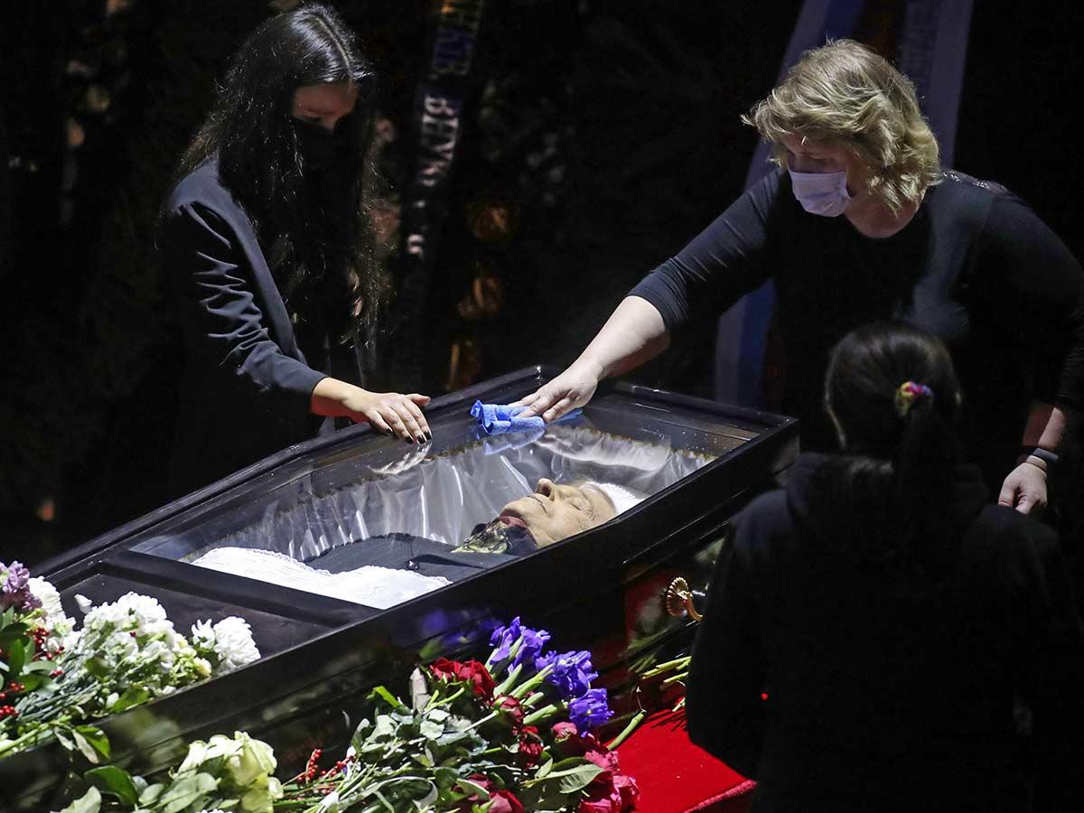 Покойного Виктюка у всех на глазах протирали тряпочкой на прощании
