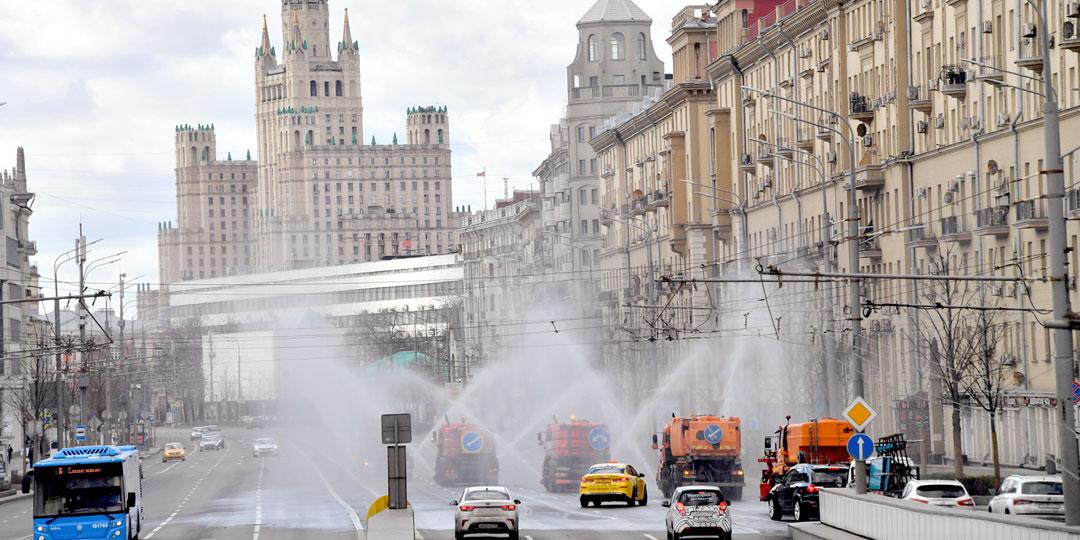 Московские улицы дезинфицируют с маниакальной настойчивостью, хотя иммунологи уверяют, что делать это не нужно