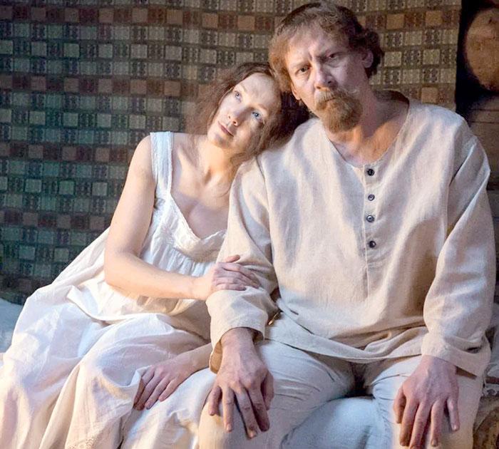 Герои Дарьи Мороз (играет свою тезку) и Виктора Ракова (Шапошников) после гибели общего ребенка начинают заниматься революционной деятельностью